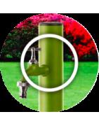 Colonnina idrica tonda da giardino in alluminio verniciato a polveri poliestere antigraffio disponibile in tre colori: marrone, verde pastello e bianco.